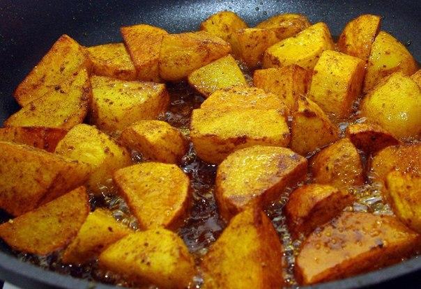 пожарить картошку на сковороде вкусно с корочкой