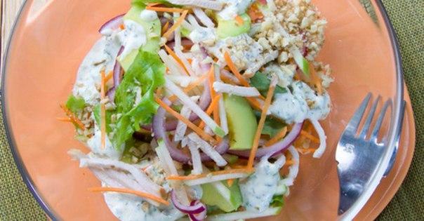 Салат с курицей зеленым луком и яблоком