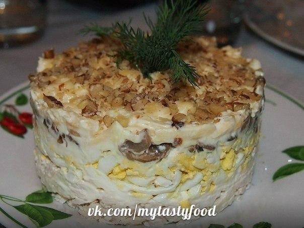 Салат с грецкими орехами и курицей и сыром с