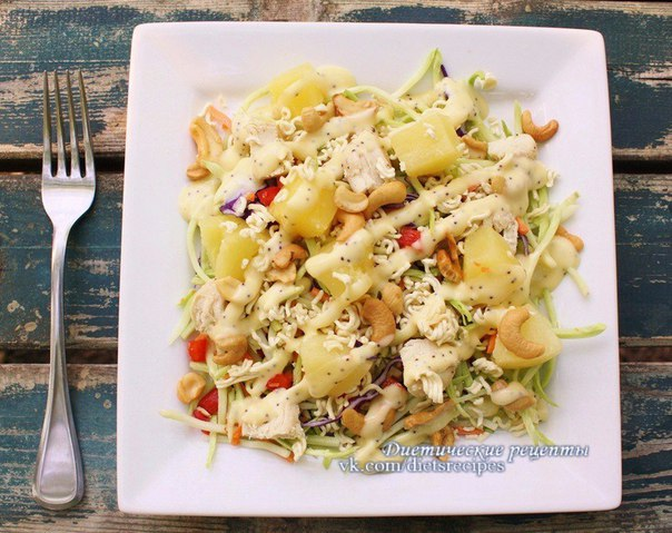 Салат с вареной грудкой ананасом