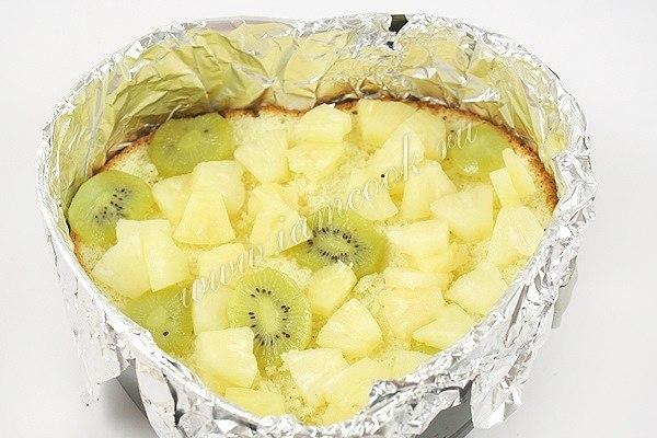 Десерт с бисквитом фруктами и желе