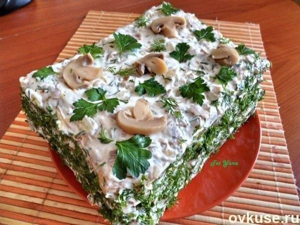 Слоеный салат из коржей наполеон