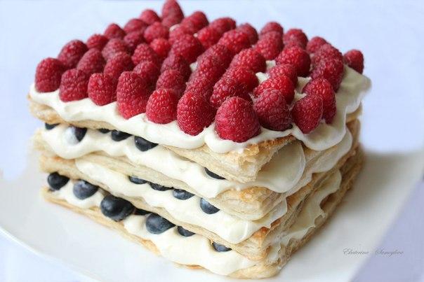 Слоеный торт с творожным кремом