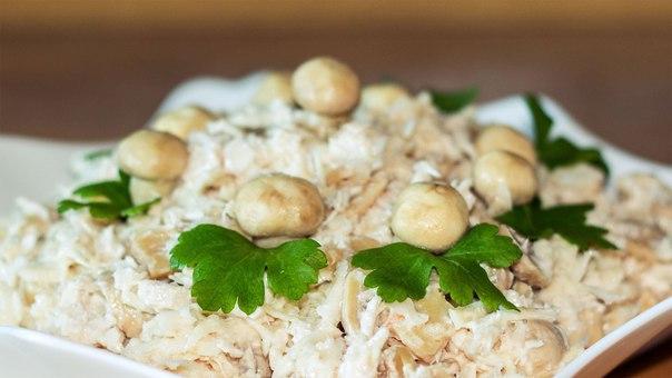 Салат с грудкой и грибами шампиньонами маринованными