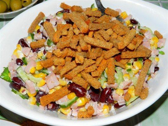 Салат с сухариками и ветчиной и фасолью и кукурузой рецепт